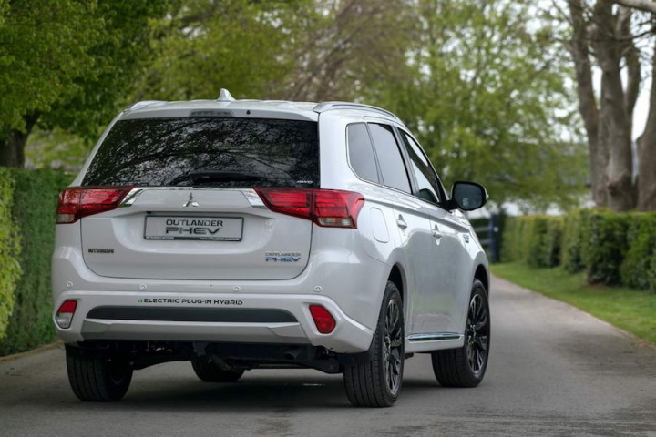 Mitsubishi Outlander PHEV | Reviews | Complete Car