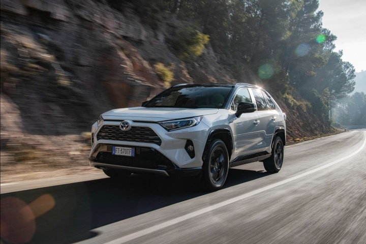 Toyota RAV4 Hybrid AWD-i (2019) | Reviews | Complete Car