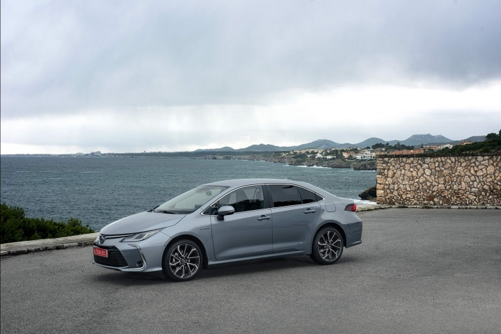 toyota corolla  hybrid saloon  reviews complete car