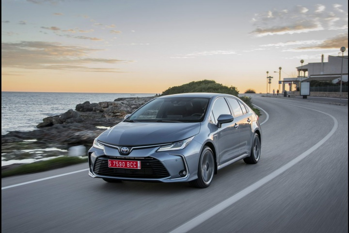 Toyota Corolla 1 8 Hybrid Saloon (2019)   Reviews   Complete Car