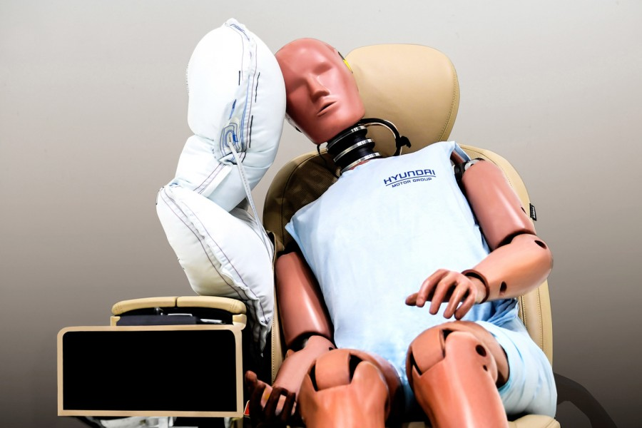 Car News | Hyundai develops central airbag | CompleteCar.ie