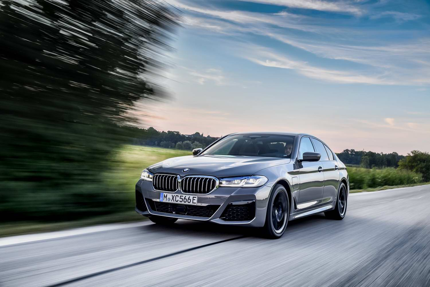 Car Reviews | BMW 545e plug-in hybrid (2021) | CompleteCar.ie