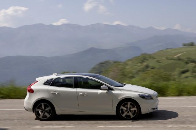 Car Reviews | Volvo V40 | CompleteCar.ie