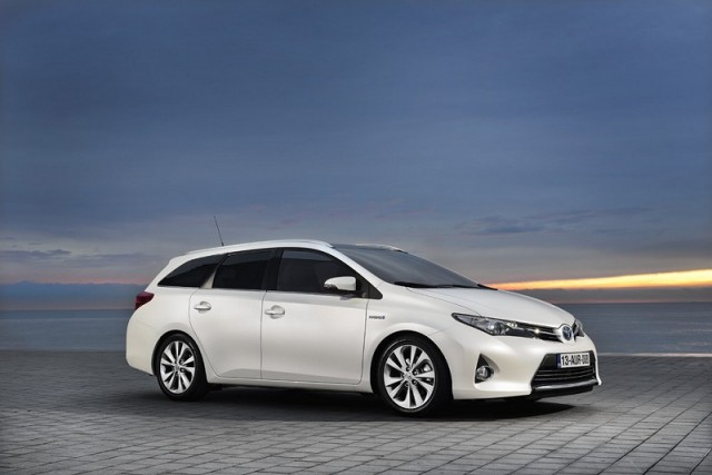 Car Reviews | Toyota Auris Touring Sports Hybrid | CompleteCar.ie