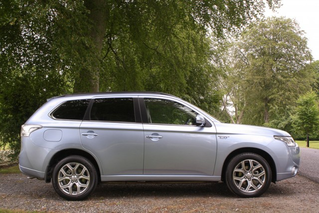 Car Reviews | Mitsubishi Outlander PHEV | CompleteCar.ie
