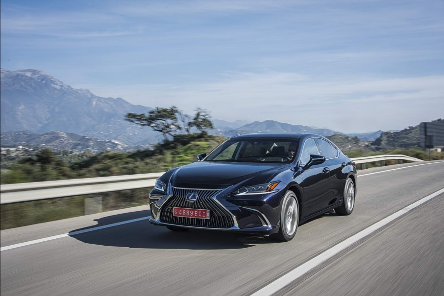 Car Reviews | Lexus ES 300h Premium (2019) | CompleteCar.ie