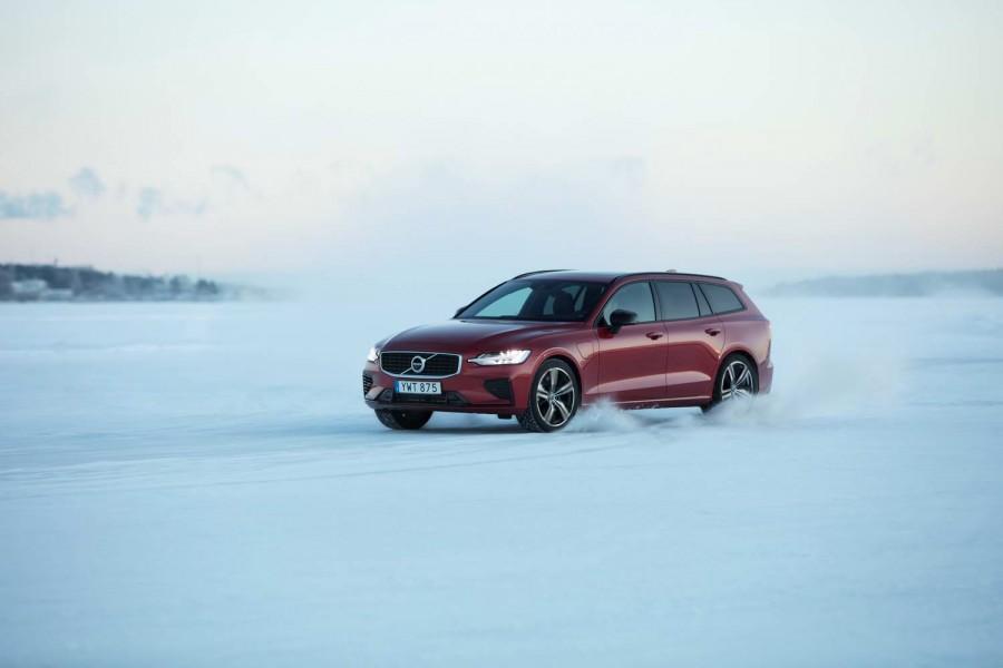 Car Reviews | Volvo V60 T8 AWD hybrid (2019) | CompleteCar.ie